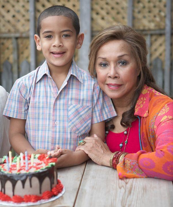 Diahann Carroll, r. feiert mit ihrem Enkel Geburtstag ... - Bildquelle: ONCE UPON A TIME FILMS, LTD. ALL RIGHTS RESERVED.