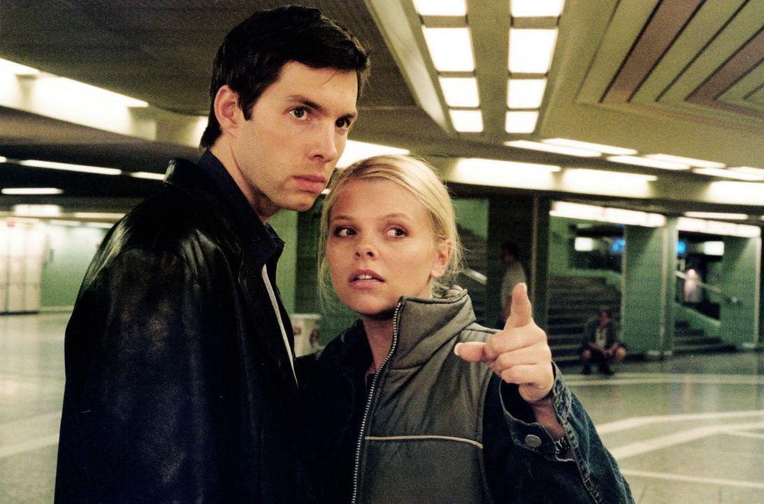 Gemeinsam mit ihrem Freund Sven (Joram Voelklein, l.) macht sich Natalie (Anne Sophie Briest, r.) auf die Suche nach Florian, der sie verletzt hat. - Bildquelle: Sat.1