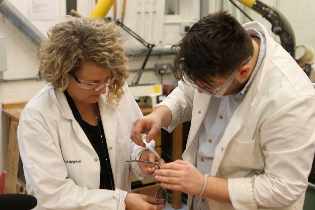 Aus alt macht neu: Auch den recycleten Rohstoffen werden u.a. neue Brillen hergestellt. - Bildquelle: Back2Back Productions Limited