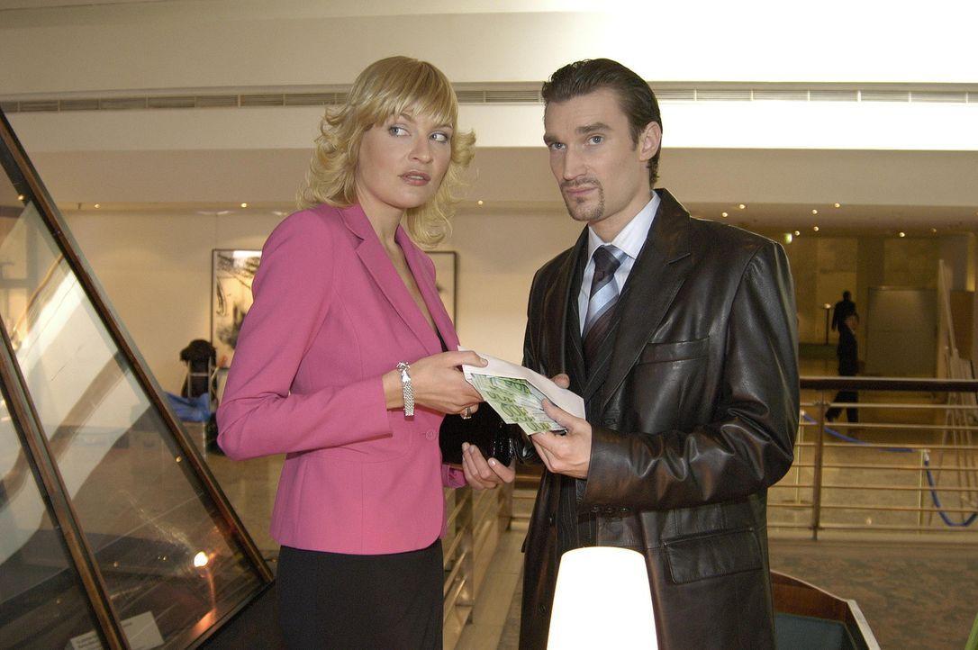 Lisa scheint Recht zu behalten: Sie kriegt mit, dass Alexandra (Sanna Englund, l.) und Richard (Karim Köster, r.) gemeinsame Sache machen! - Bildquelle: Sat.1