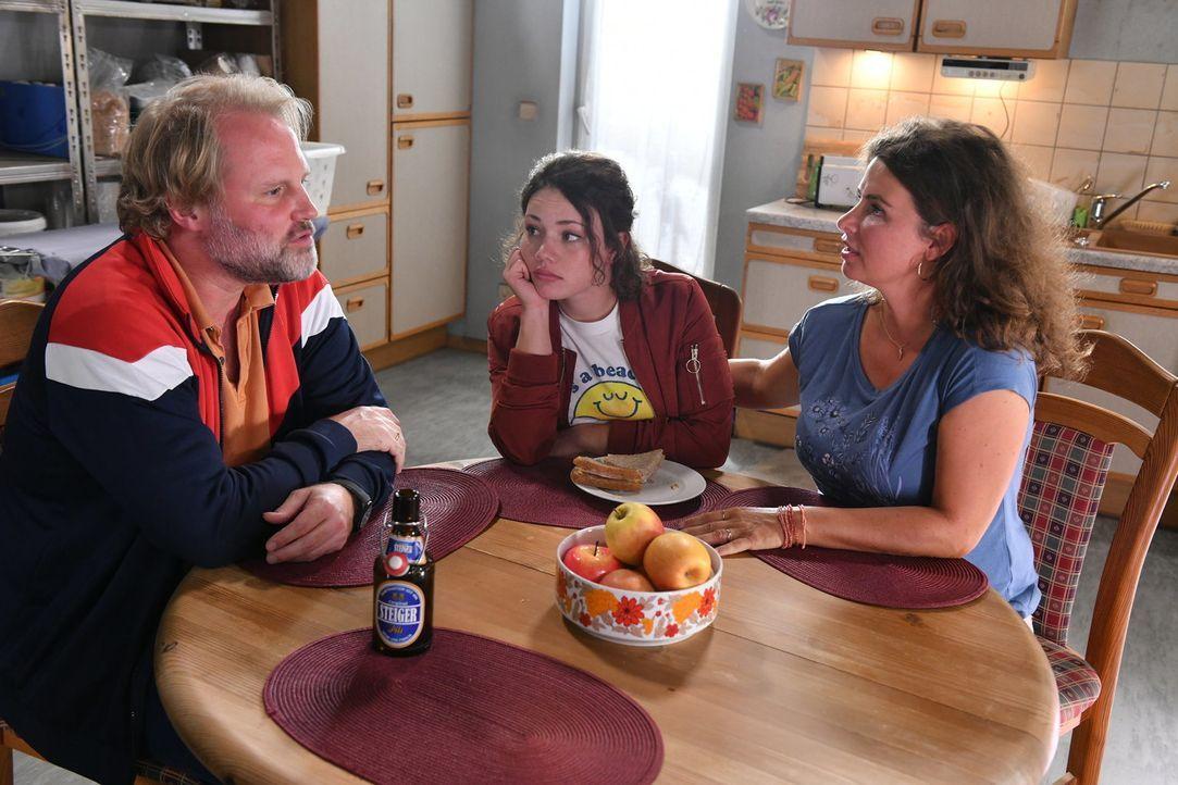 Kann sich Jenni (Anna Mennicken, M.) mit ihren Eltern Mike (Mirco Reseg, l.) und Elke (Anne Brendler, r.) versöhnen? - Bildquelle: Claudius Pflug SAT.1/Claudius Pflug