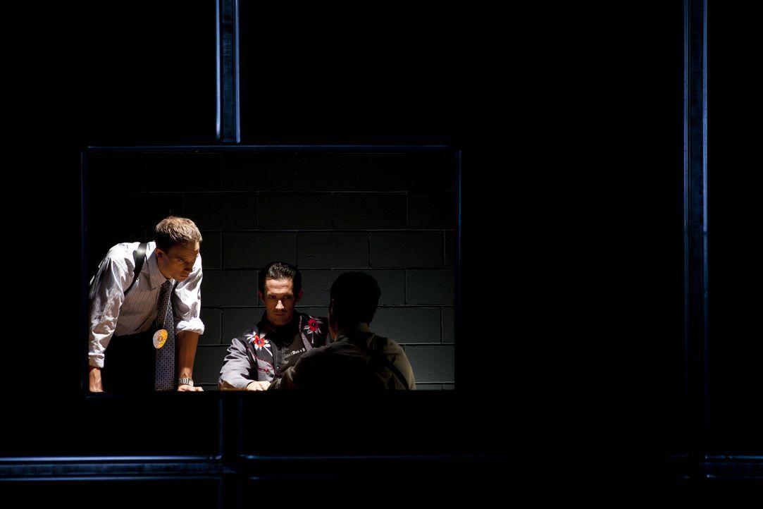 Mörderische Eifersucht: Nach dem brutalen Mord an Natalie Antonetti verhört Ermittler Eddie Balagia (Adrian Parker, l.) ihren Freund Dennis Davis (A... - Bildquelle: Darren Goldstein Cineflix 2011