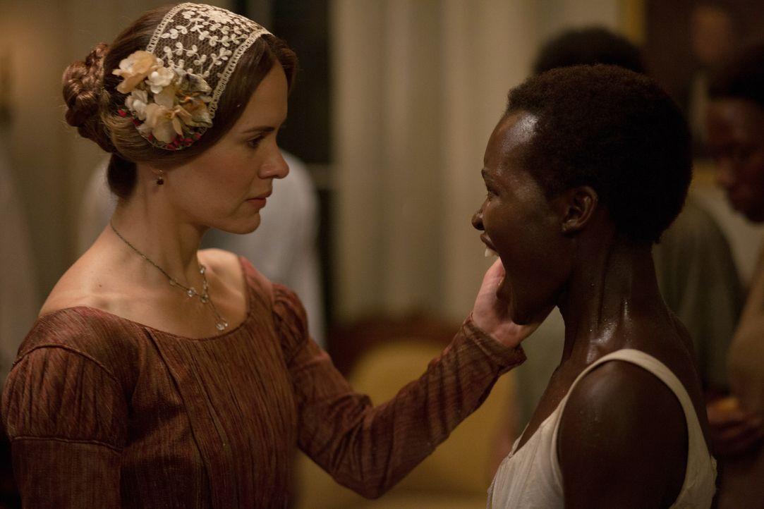 Die schöne und einst so lebensfrohe Sklavin Patsey (Lupita Nyong'o, r.) erzürnt die Frau ihres Sklaventreibers, Mary Epps (Sarah Paulson, l.), weil... - Bildquelle: TOBIS FILM