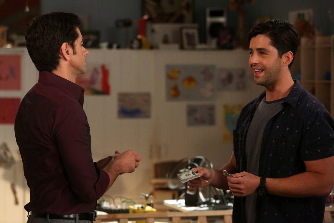 Jimmy (John Stamos, l.) hält es für keine gute Idee, dass Gerald (Josh Peck, l.) nach seinem One-Night-Stand mit der Club-Bekanntschaft Frankie ein... - Bildquelle: Jordin Althaus 2015 American Broadcasting Companies, Inc. All rights reserved.