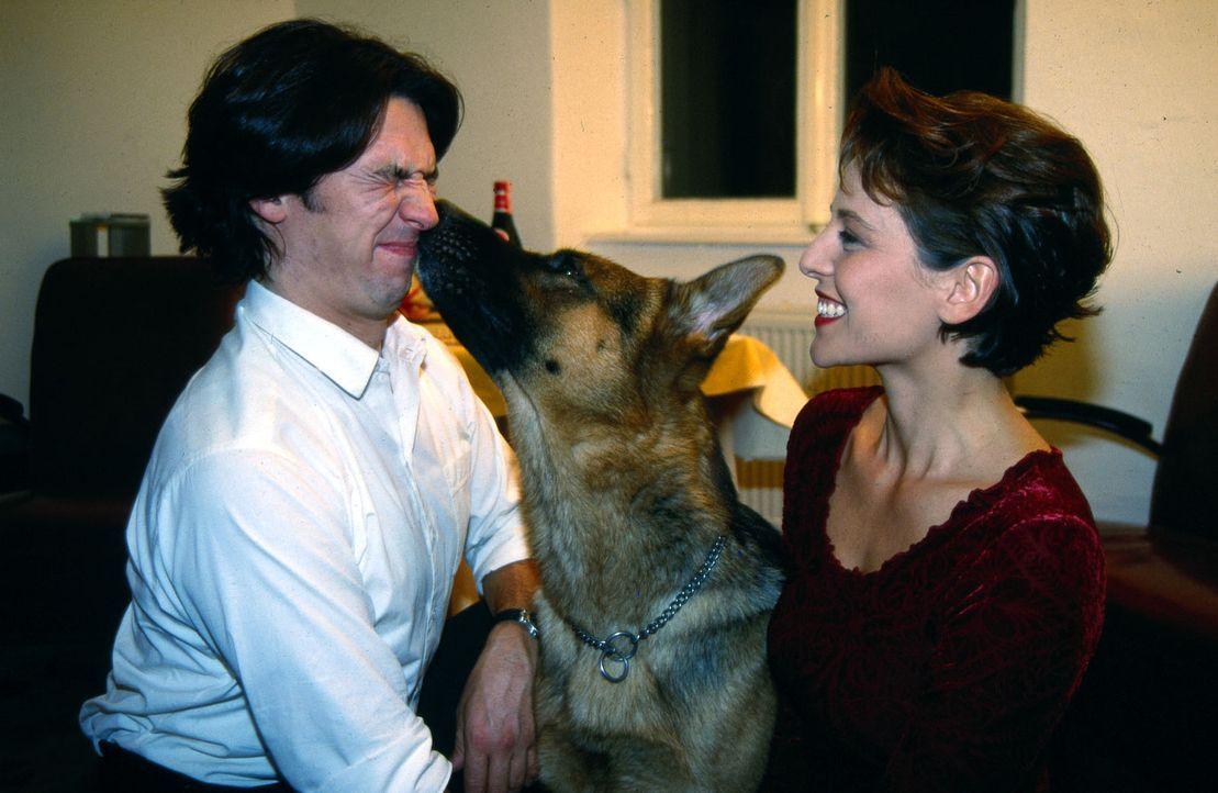 Rex hat allen Grund eifersüchtig zu sein: Kommissar Moser (Tobias Moretti, l.) hat die hübsche Tierärztin Sonja (Daniela Gaets, r.) zu sich eingelad... - Bildquelle: Ali Schafler Sat.1