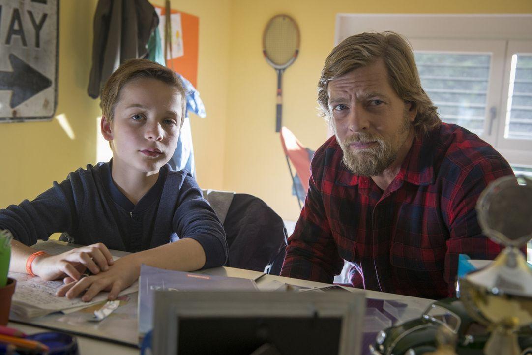 Mick (Henning Baum, r.) befürchtet schon bald, dass der kleine Lukas (Miguel Wansing Lorrio, l.) nicht nur den Mord beobachtet hat, sondern auch de... - Bildquelle: Martin Rottenkolber SAT. 1