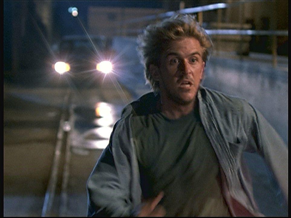 Jesse (Charlie Schlatter) flüchtet in Todesangst vor einigen Leuten, die soeben seinen Kontaktmann ermordet haben. - Bildquelle: Viacom