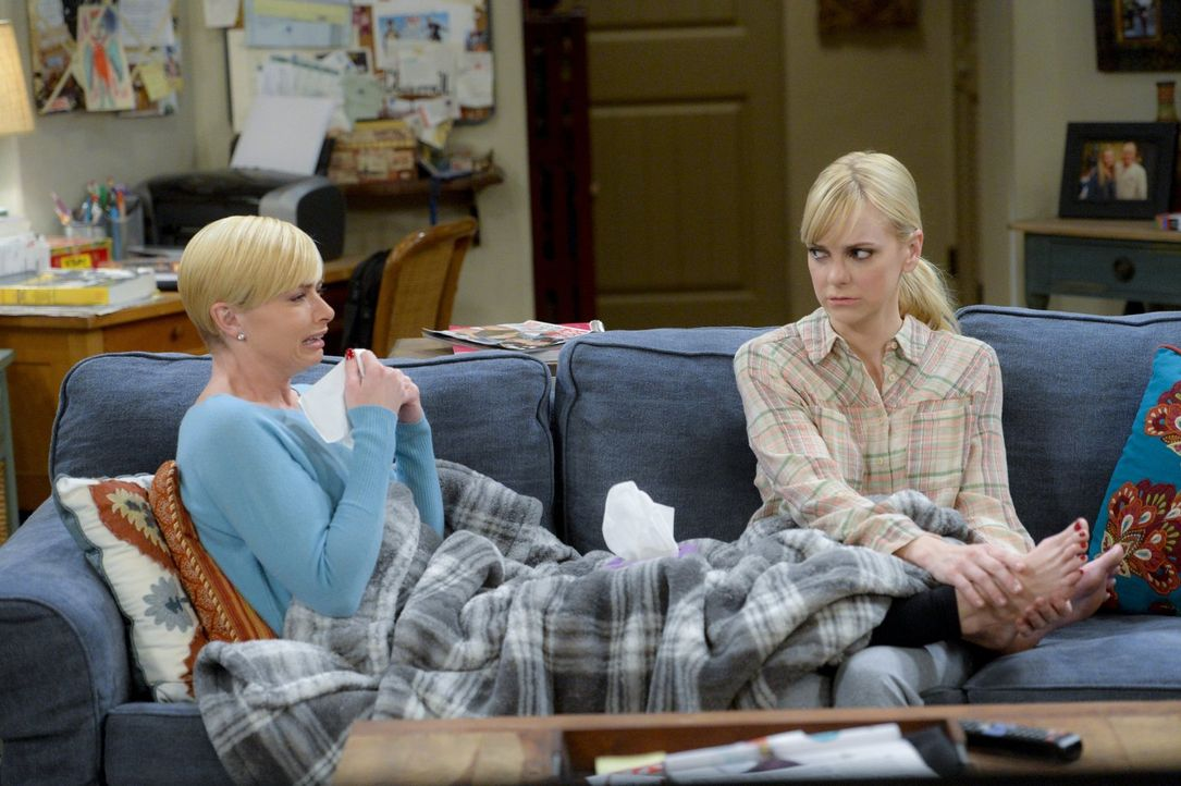 Jill (Jaime Pressly, l.) stellt Christy (Anna Faris, r.) als ihre persönliche Assistentin ein, als das Restaurant renoviert wird und Christy deshalb... - Bildquelle: 2015 Warner Bros. Entertainment, Inc.