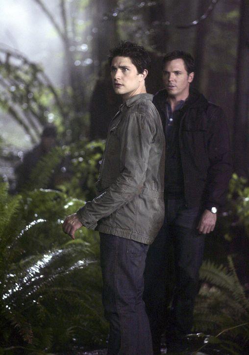 Tom Foss (Nicholas Lea, r.) entführt Kyle (Matt Dallas, l.) geschleppt ihn in den Wald ... - Bildquelle: TOUCHSTONE TELEVISION