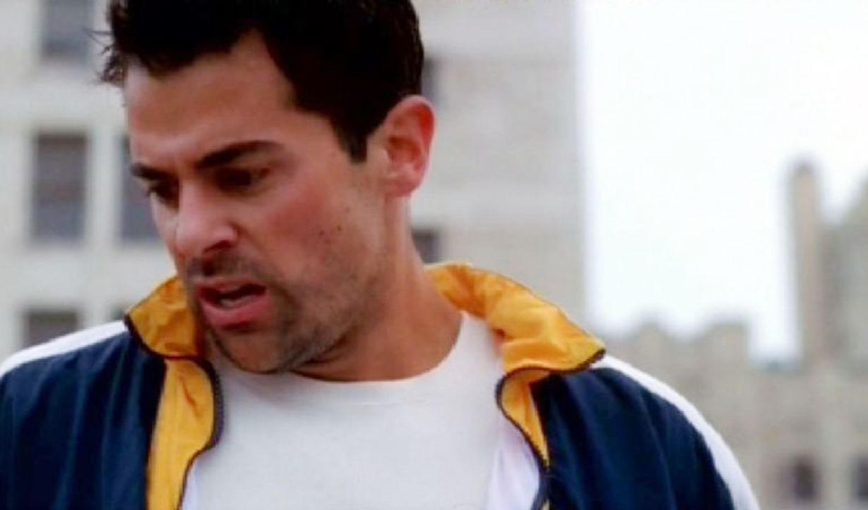 Lieutenant Michael Arnett (Adam Huss) will vom Dach eines Hochhauses springen, weil er in seinem Leben keinen Sinn mehr sieht ... - Bildquelle: CBS Television