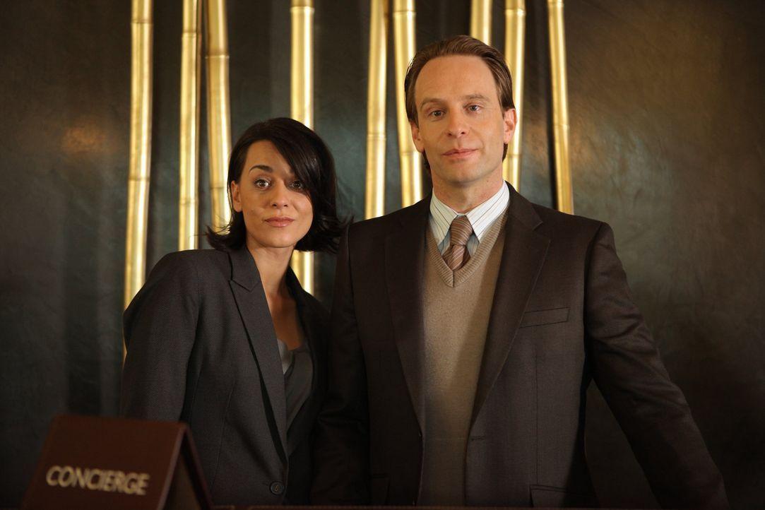 Würden gerne auf dem Chefsessel Platz nehmen: Personalchef Stefan Obermayer (Julian Weigend, r.) und die Assistentin der Hotelmanagerin, Manu (Edit... - Bildquelle: Petro Domenigg SAT.1