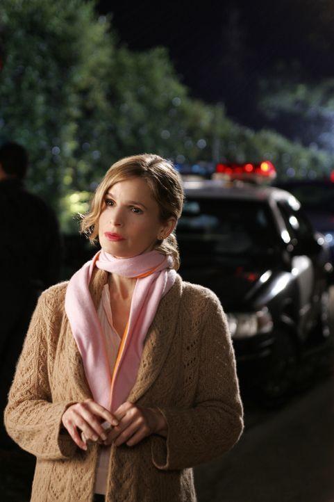 """Brenda (Kyra Sedgwick, l.) bringt jeden Fall, in dem sie ermittelt erfolgreich zum Abschluss, diesem Umstand verdankt sie den Namen """"Closer"""" ... - Bildquelle: Warner Brothers"""
