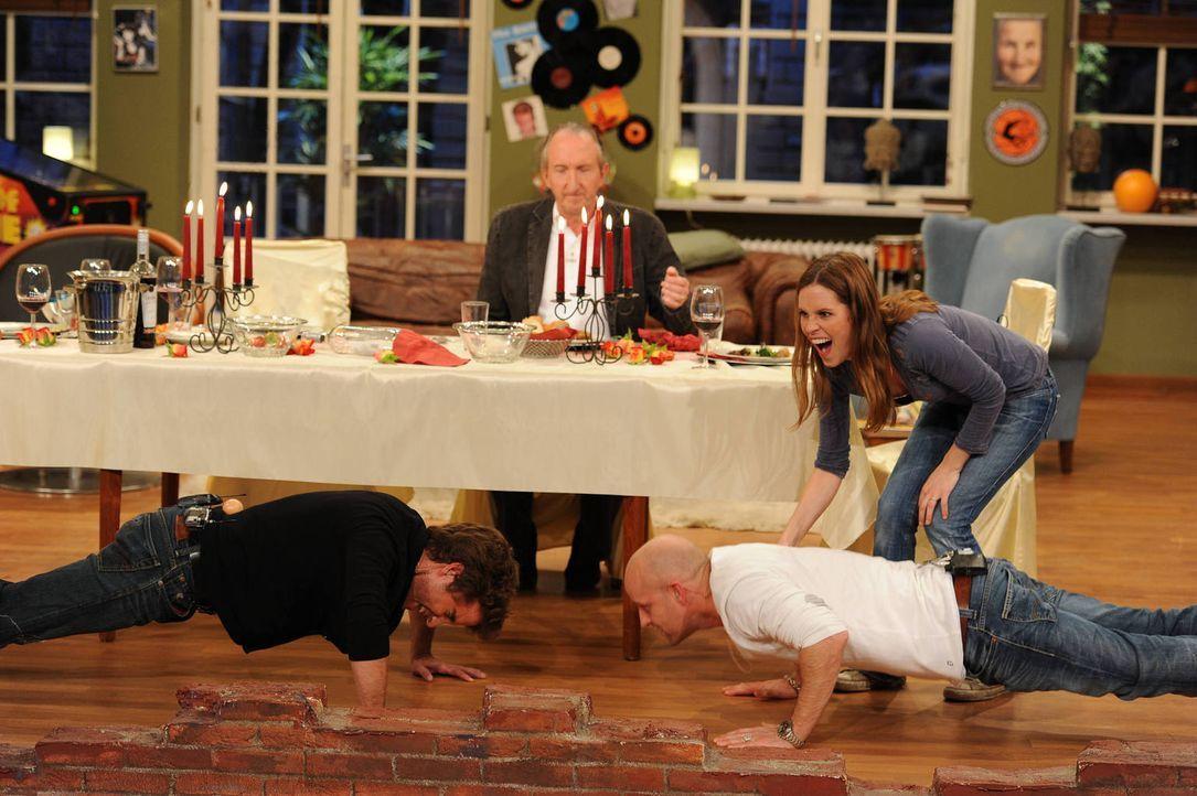 Vom Dinner zum Sportevent: Jürgen (2.v.r.), Birthe (r.), Wachmeister Wnuk (l.) und Wachmeister Krüger (2.v.l.) ... - Bildquelle: Willi Weber SAT.1