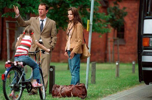 Es war Mord und ein Dorf schweigt - Nur mit einer Reisetasche bepackt, starte...