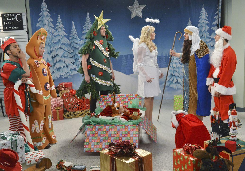 Die Vorbereitungen für das perfekte Weihnachtsfoto laufen: (v.l.n.r.) Tucker (Tahj Mowry), Riley (Chelsea Kane), Danny (Derek Theler), Emma (Ali Lou... - Bildquelle: Eric McCandless ABC Family