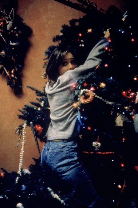 Beim Schmücken ihres Weihnachtsbaumes passiert Ally (Calista Flockhart) ein Missgeschick ... - Bildquelle: Twentieth Century Fox Film Corporation. All rights reserved.