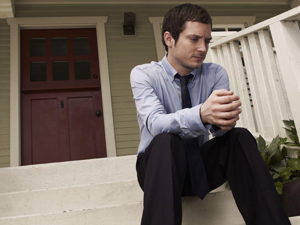 (1. Staffel) - Ryan (Elijah Wood) hat die Schnauze voll und beschließt seinem Leben ein Ende zu setzen und seinen lange geplanten Selbstmord endlich... - Bildquelle: 2011 FX Networks, LLC. All rights reserved.