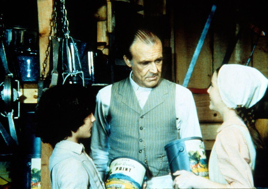 Mr. Oleson (Richard Bull, M.) ist froh, dass er bei Albert (Matthew Laborteaux, l.) und Laura (Melissa Gilbert, r.) seine Farbtöpfe los wird ... - Bildquelle: Worldvision