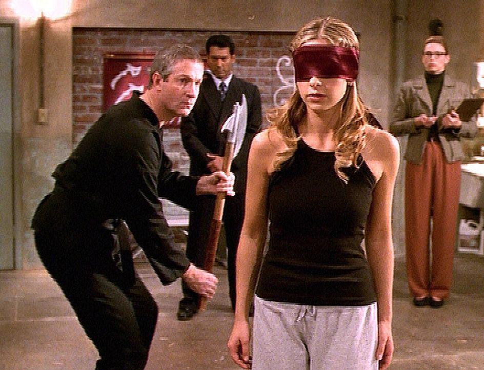 Buffy (Sarah Michelle Gellar, 2.v.r.) wird vom Rat der Wächter auf die Probe gestellt. Der Wächter Philip (Oliver Muirhead, l.) prüft ihre Kampfmeth... - Bildquelle: TM +   2000 Twentieth Century Fox Film Corporation. All Rights Reserved.