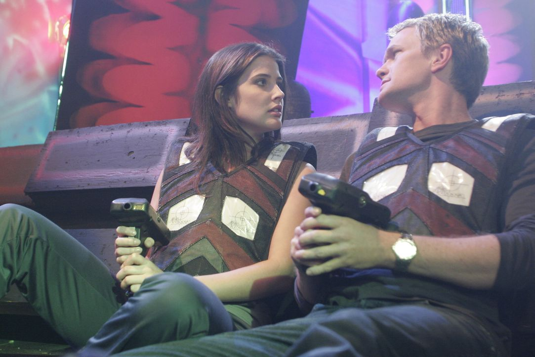 Barney (Neil Patrick Harris, r.) und Robin (Cobie Smulders, l.) verbringen einen Abend zusammen und landen dann bei ihr zu Hause: Allerdings nur, um... - Bildquelle: 20th Century Fox International Television