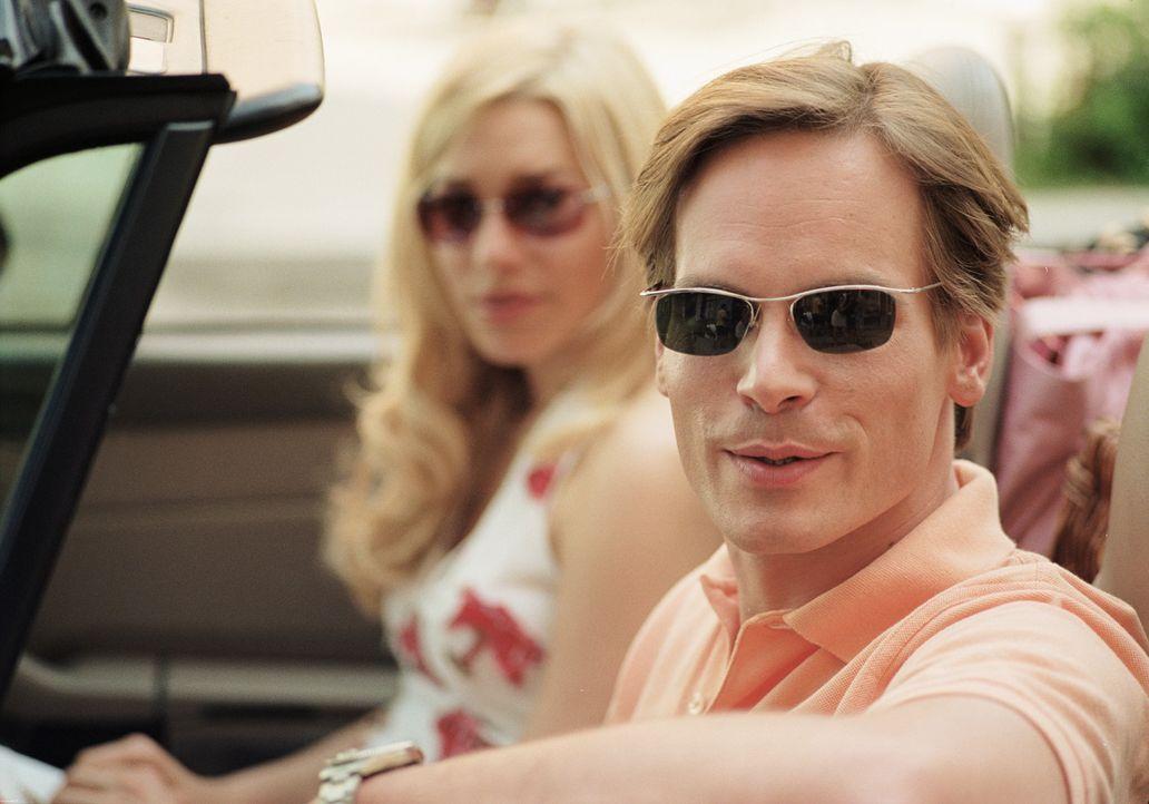 Obwohl Dirk (Wanja Mues, r.) in der attraktiven Denise (Julia Dietze, l.) eine liebenswerte Freundin gefunden hat, nimmt er es mit der Treue nicht s... - Bildquelle: Lucia Fuster ProSieben