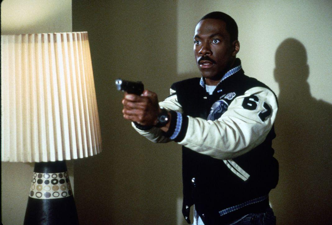 Wenn Super-Cop Axel Foley (Eddie Murphy) seine Opfer nicht mit der Waffe in Schach halten kann, dann quasselt er sie einfach mit einem Maschinengewe... - Bildquelle: Paramount Pictures