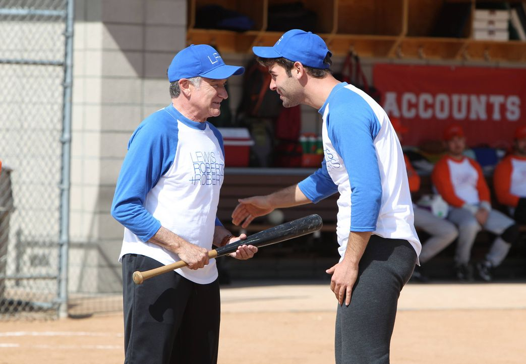 Simons (Robin Williams, l.) Team ist vom Gewinn seiner Mannschaft überzeugt, schließlich hat Simon ihnen erzählt, dass er ein begnadeter Softball-Sp... - Bildquelle: 2013 Twentieth Century Fox Film Corporation. All rights reserved.