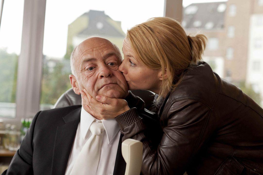 Um einen Fall zu gewinnen, schreckt sie vor nichts zurück: Danni (Annette Frier, r.) und der Ermittlungsrichter (Jochen Kolenda, l.) ... - Bildquelle: SAT.1