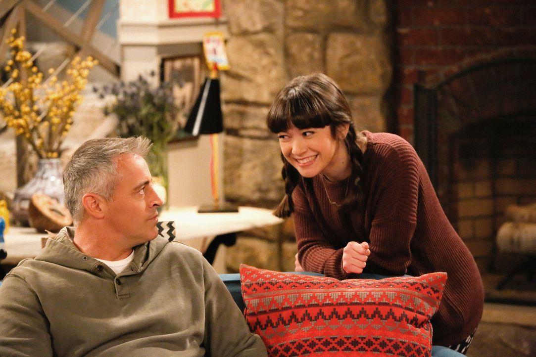 Als Kate (Grace Kaufman, r.) zu ihrem ersten Date eingeladen wird, kann Adam (Matt LeBlanc, l.) seine überfürsorgliche Art nicht in Zaum halten ... - Bildquelle: Robert Voets 2016 CBS Broadcasting, Inc. All Rights Reserved
