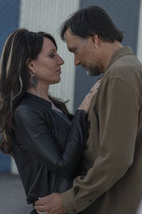 Hat die Beziehung zwischen Nero (Jimmy Smits, r.) und Gemma (Katey Sagal, l.) eine Chance? - Bildquelle: 2012 Twentieth Century Fox Film Corporation and Bluebush Productions, LLC. All rights reserved.