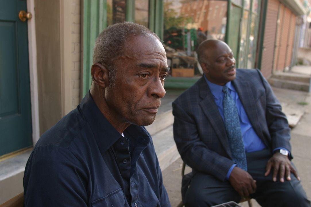 Kann Moody Brown (Darsteller unbekannt) Det. Will Jeffries (Thom Barry, r.) bei der Aufklärung des Falles behilflich sein? - Bildquelle: Warner Bros. Television