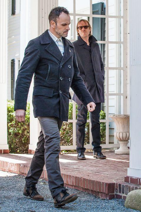 Werden Sherlock (Jonny Lee Miller, l.) und Mycroft (Rhys Ifans, r.) den dubiosen Norman finden? Nur wenn sie den Entführern seinen Aufenthaltsort ne... - Bildquelle: CBS Television