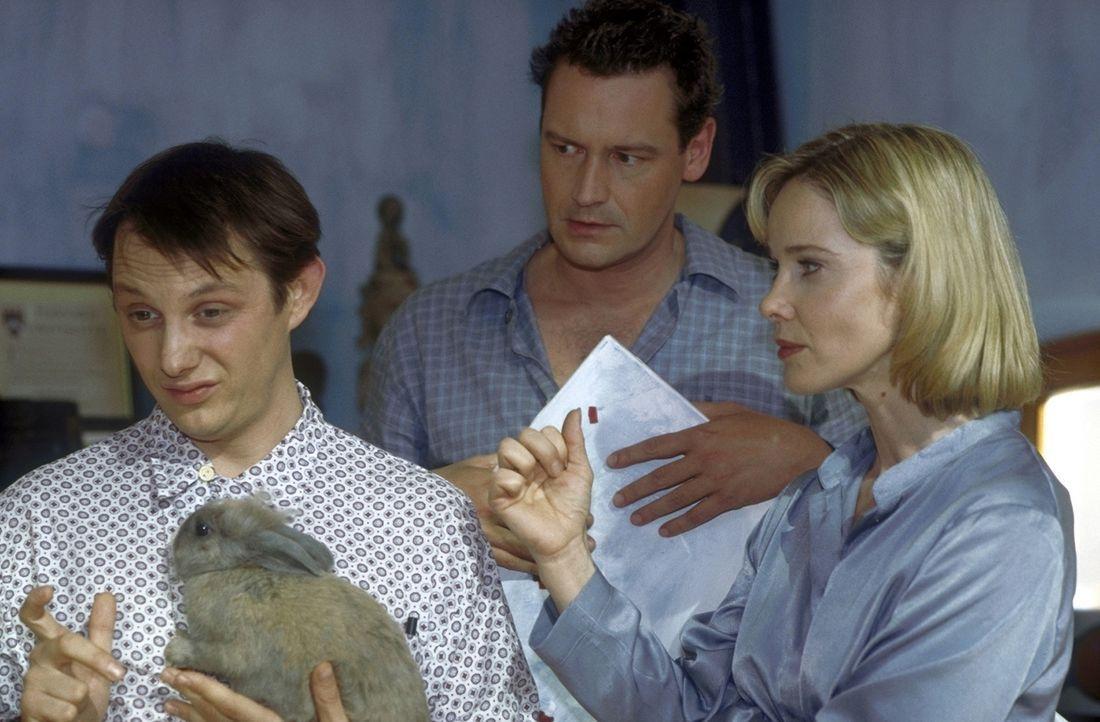 Kai (Stephan Benson, M.) will Mathilda (Ann-Kathrin Kramer, r.), aber nicht Matze (Arndt Schwering-Sohnrey, l.). Deshalb setzt er seine Braut unter... - Bildquelle: Prosieben