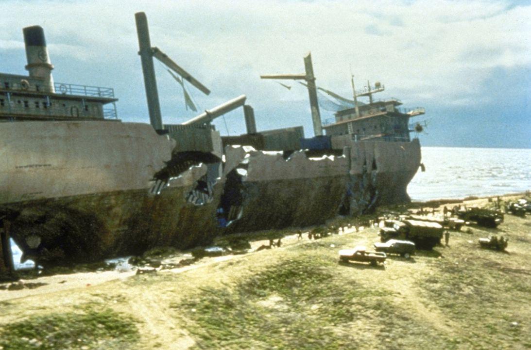 Am Strand von Tahiti liegt das Wrack eines Frachters, das drei riesige Risse in der Außenwand aufweist - offensichtlich das Werk mächtiger scharfe... - Bildquelle: 1998 TriStar Pictures, Inc. All Rights Reserved.