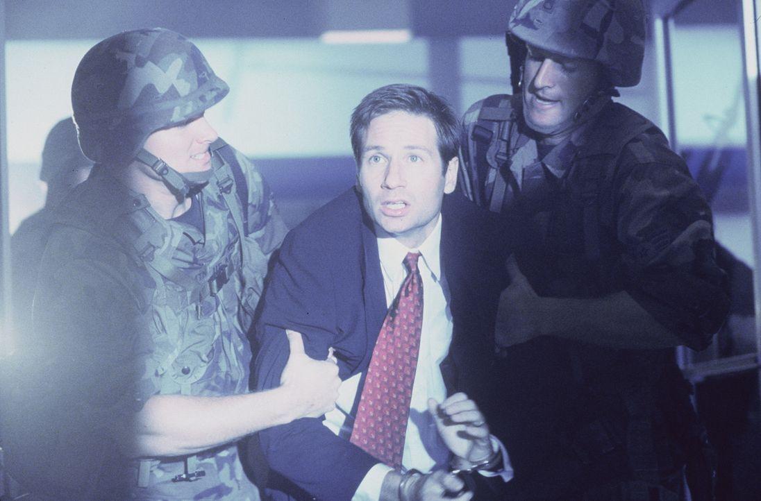 Der richtige Mulder (David Duchovny, M.) wird festgenommen, nachdem Fletcher ihn diffamiert hat. - Bildquelle: TM +   2000 Twentieth Century Fox Film Corporation. All Rights Reserved.
