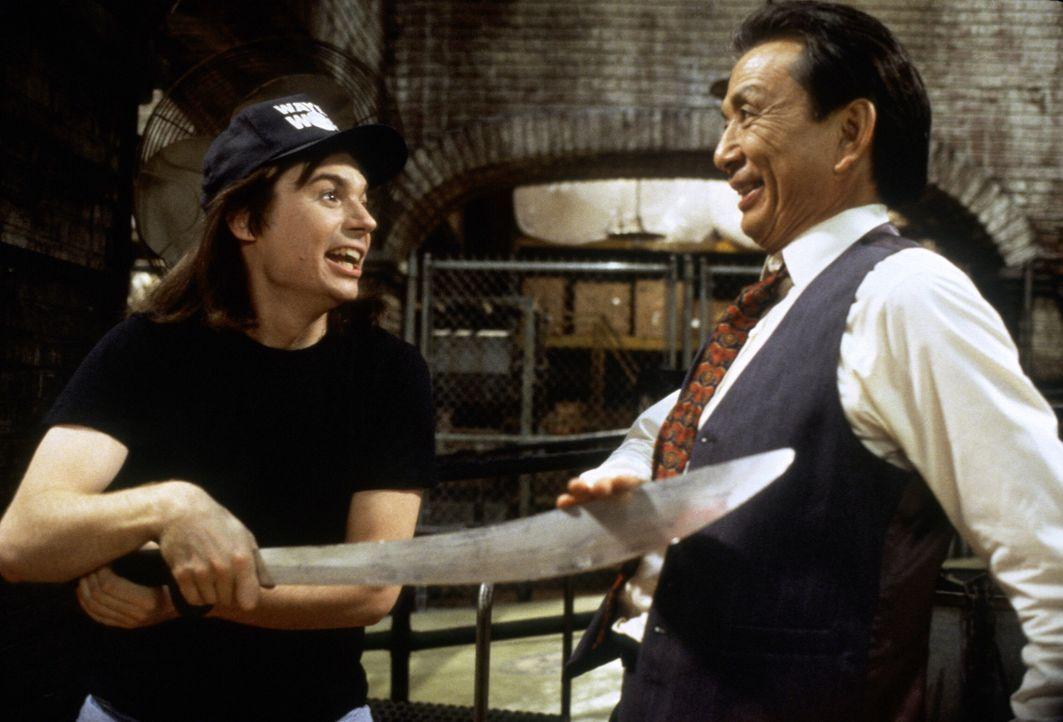 Um sich Mr. Wong (James Hong, r.) zu empfehlen, führt Wayne (Mike Myers, l.) seine chinesischen Shaolin-Schwertkampf-Künste vor. - Bildquelle: Paramount Pictures