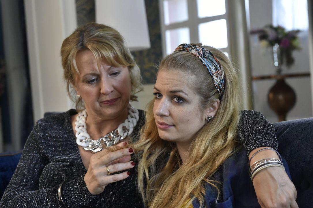 Als Mila (Susan Sideropoulos, r.) ihre Kurzzeitbeziehung mit Marko beendet, tröstet sie Felicitas (Claudia Lietz, l.) ... - Bildquelle: Claudius Pflug Sixx