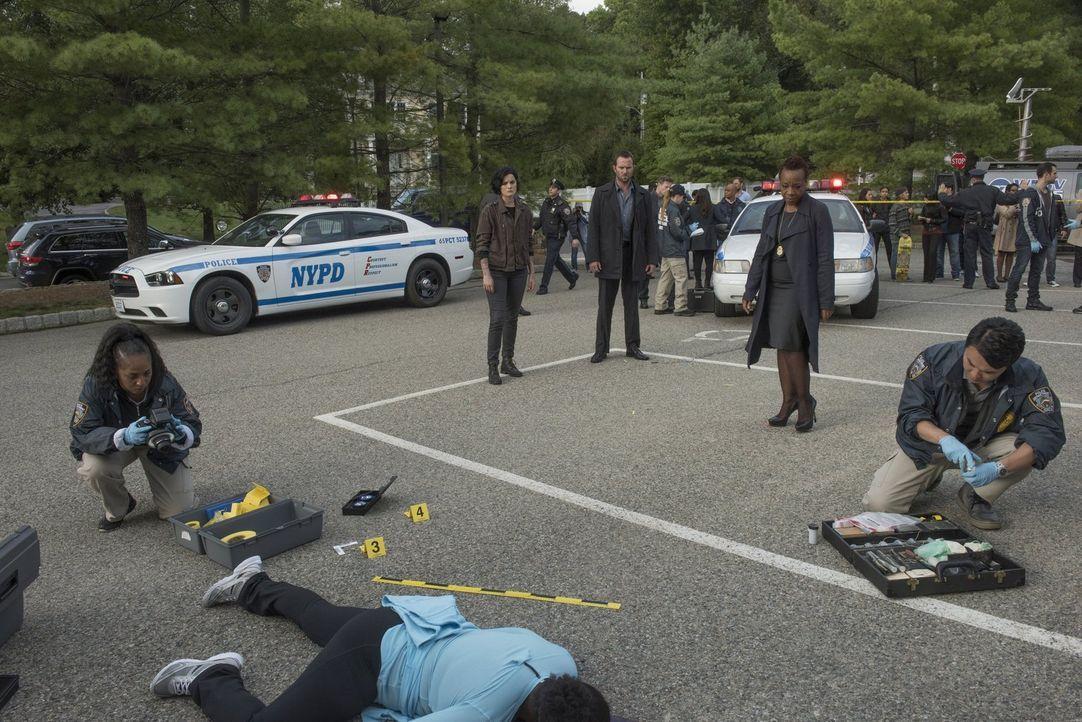 Eine weitere Polizistin wurde ermordet. Für Bethany Mayfair (Marianne Jean-Baptiste, 2.v.r.) und ihre Ermittler Jane Doe (Jaimie Alexander, M.l.) un... - Bildquelle: Warner Brothers