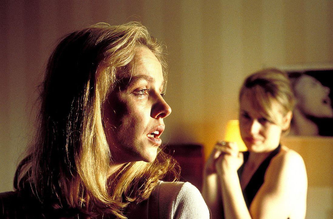Weil Lena (Claudia Messner, l.) es nicht länger ertragen kann, dass ihre jüngere Schwester Meike (Anica Dobra, r.) stets im Rampenlicht steht, soll... - Bildquelle: A. Kiermeier ProSieben