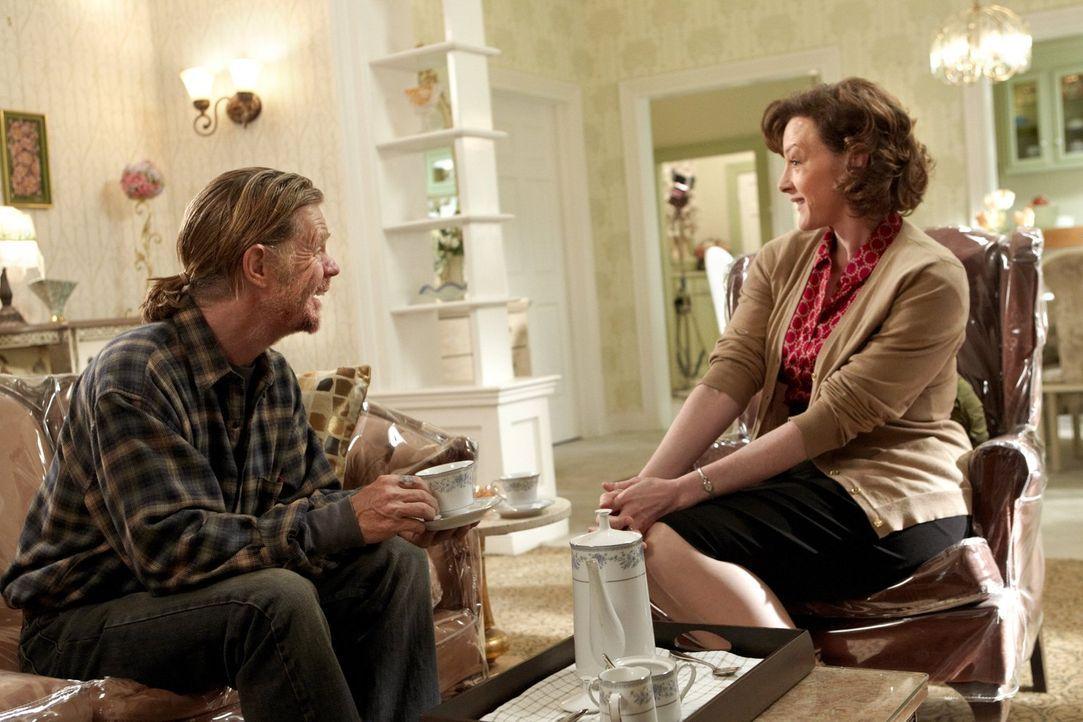Die vermeintlich biedere Hausfrau mit Sauberkeitstick Sheila (Joan Cusack, r.) zeigt Frank (William H. Macy, l.), wo der Hammer im Bett hängt ... - Bildquelle: 2010 Warner Brothers