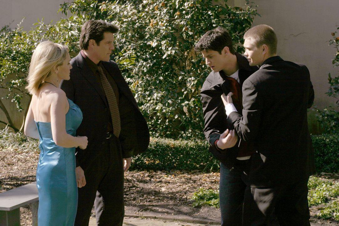 Die Hochzeit von Keith und Jules steht kurz bevor: Lucas (Chad Michael Murray, r.), Deb (Barbara Alyn Woods, l.) und Dan (Paul Johansson, 2.v.l.) si... - Bildquelle: Warner Bros. Pictures
