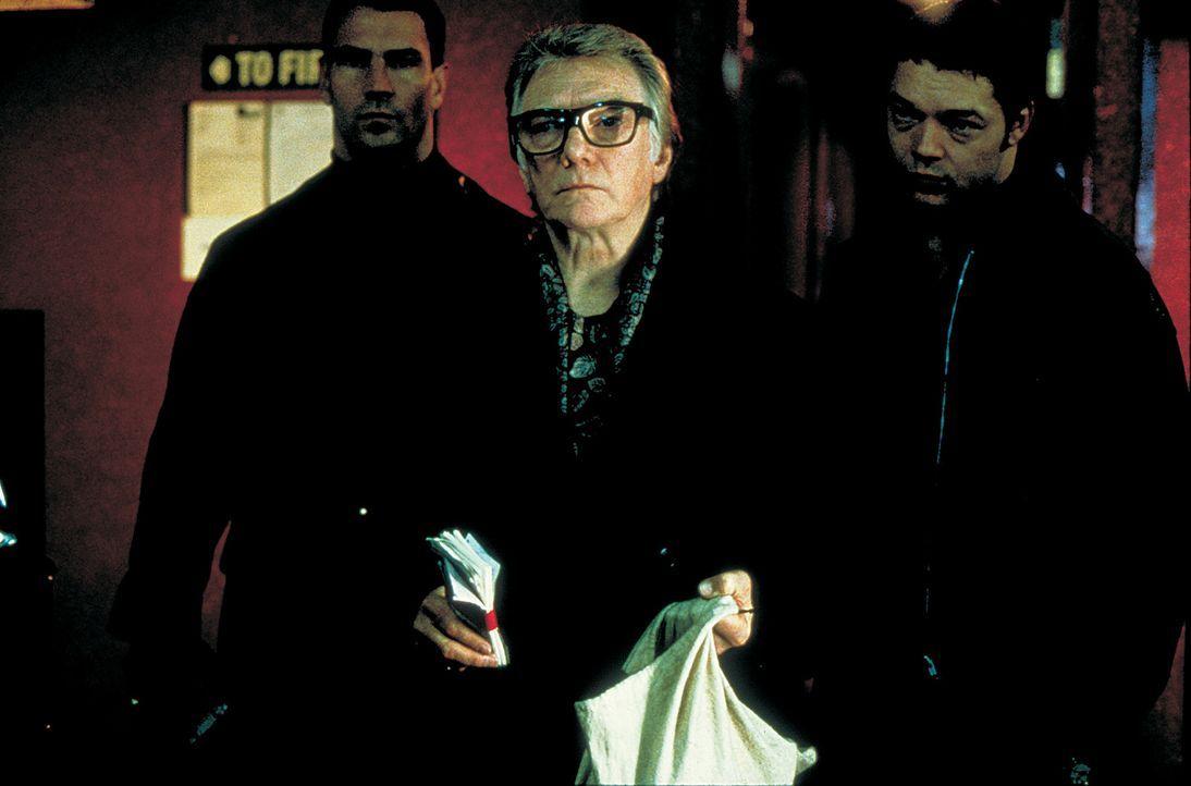 Schweinezüchter Brick Top (Alan Ford, M.) ist in allerlei Schweinereien verwickelt ? - Bildquelle: 2003 Sony Pictures Television International. All Rights Reserved.