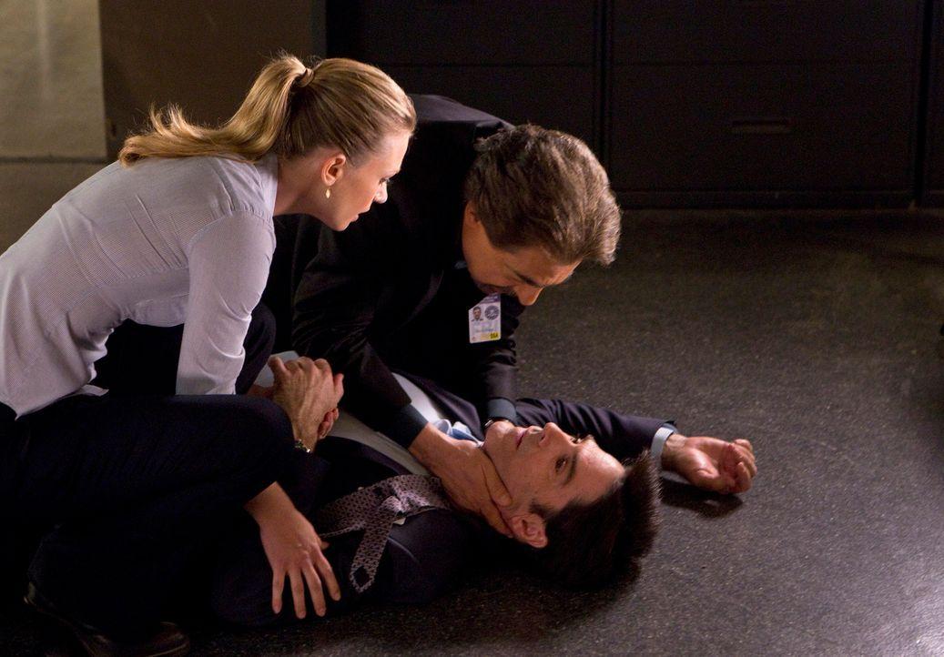Während der Ermittlungen in einem neuen Fall, wird Hotch (Thomas Gibson, liegend) niedergestochen und kämpft nun um sein Leben. JJ (AJ Cook, l.) und... - Bildquelle: ABC Studios
