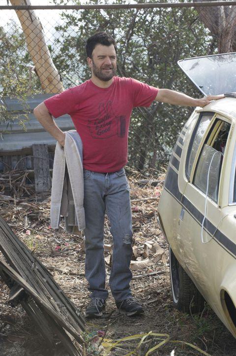 Der lebhafte Ray (Kevin Weisman) versucht, ausgerechnet zu Walter ein freundschaftliches Verhältnis aufzubauen ... - Bildquelle: Neil Jacobs 2015 CBS Broadcasting, Inc. All Rights Reserved.