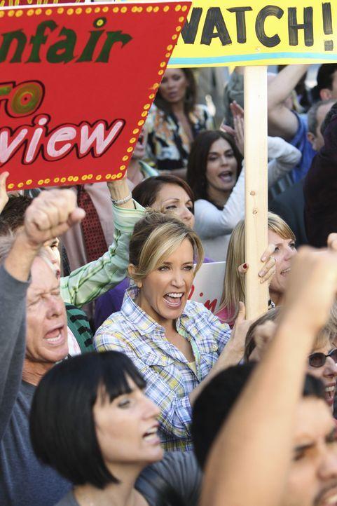 Ruft alle Nachbarn zu einer Demonstration auf, um Pauls Plan zu verhindern: Lynette (Felicity Huffman, M.) ... - Bildquelle: ABC Studios