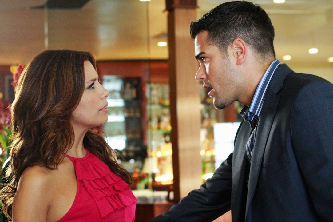 Gabrielle (Eva Longoria, l.) versucht zu verhindern, dass sich Ana und John (Jesse Metcalfe, r.) näherkommen. Besorgt stellt sie fest, dass Ana sich... - Bildquelle: ABC Studios
