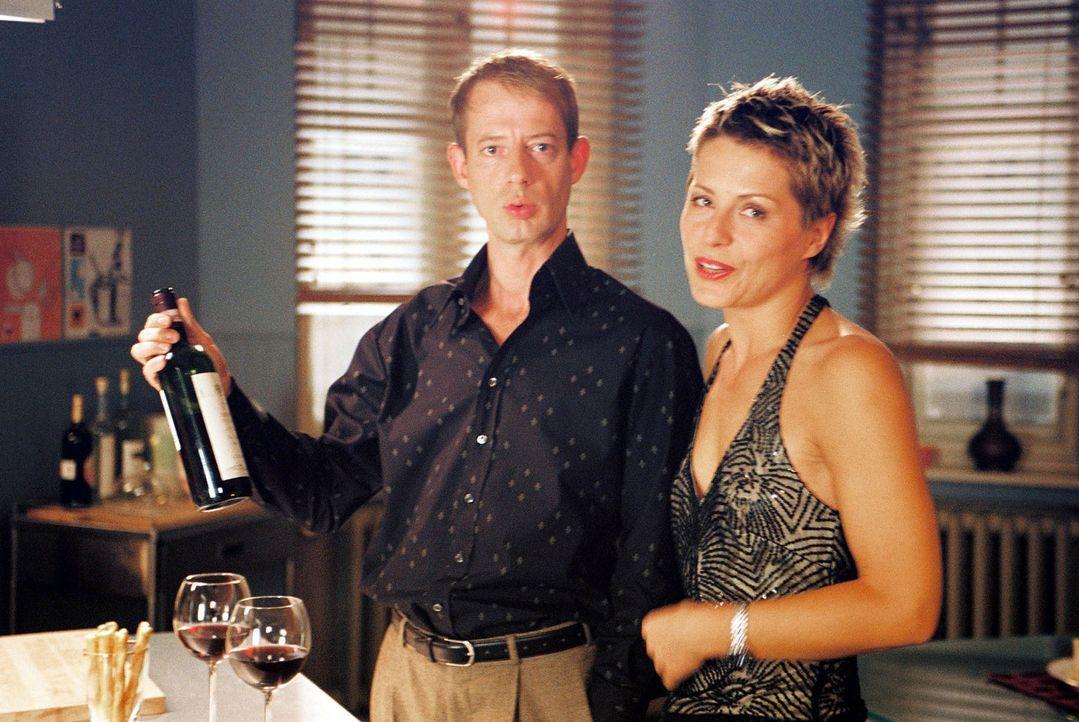 Vanderheiden (Luc Feit, l.) und Patricia (Barbara Demmer, r.) haben ihren Streit beigelegt und sich zum Abendessen verabredet ... - Bildquelle: Hardy Spitz Sat.1
