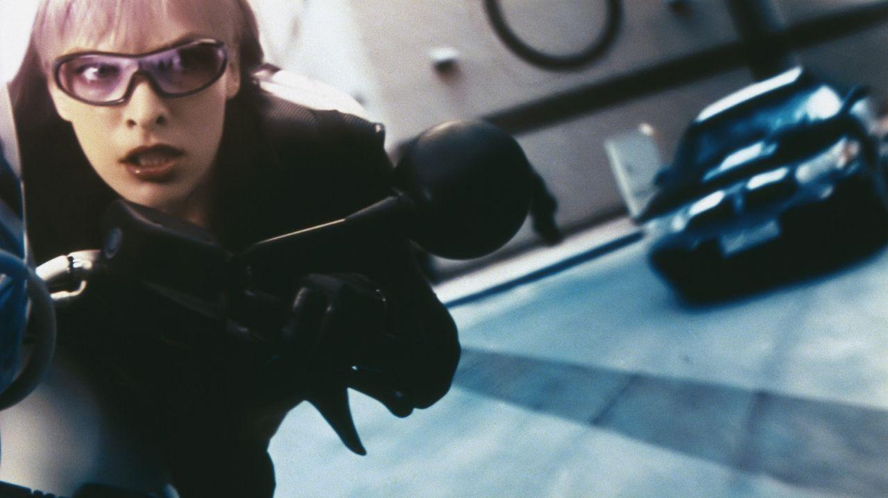 Im Auftrag eines Vampir-Anführers bringt Violet (Milla Jovovich) einen Koffer in ihre Gewalt, in dem sich angeblich die ultimative Waffe gegen die r... - Bildquelle: 2006 Screen Gems, Inc. All Rights Reserved.