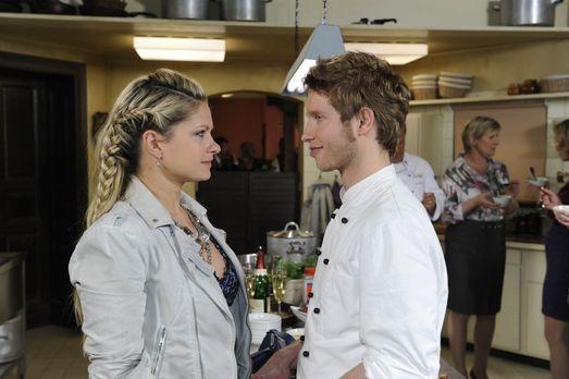 Als Mia (Josephine Schmidt, l.) erfährt, dass Jojo (Bernhard Bozian, r.) ausw...