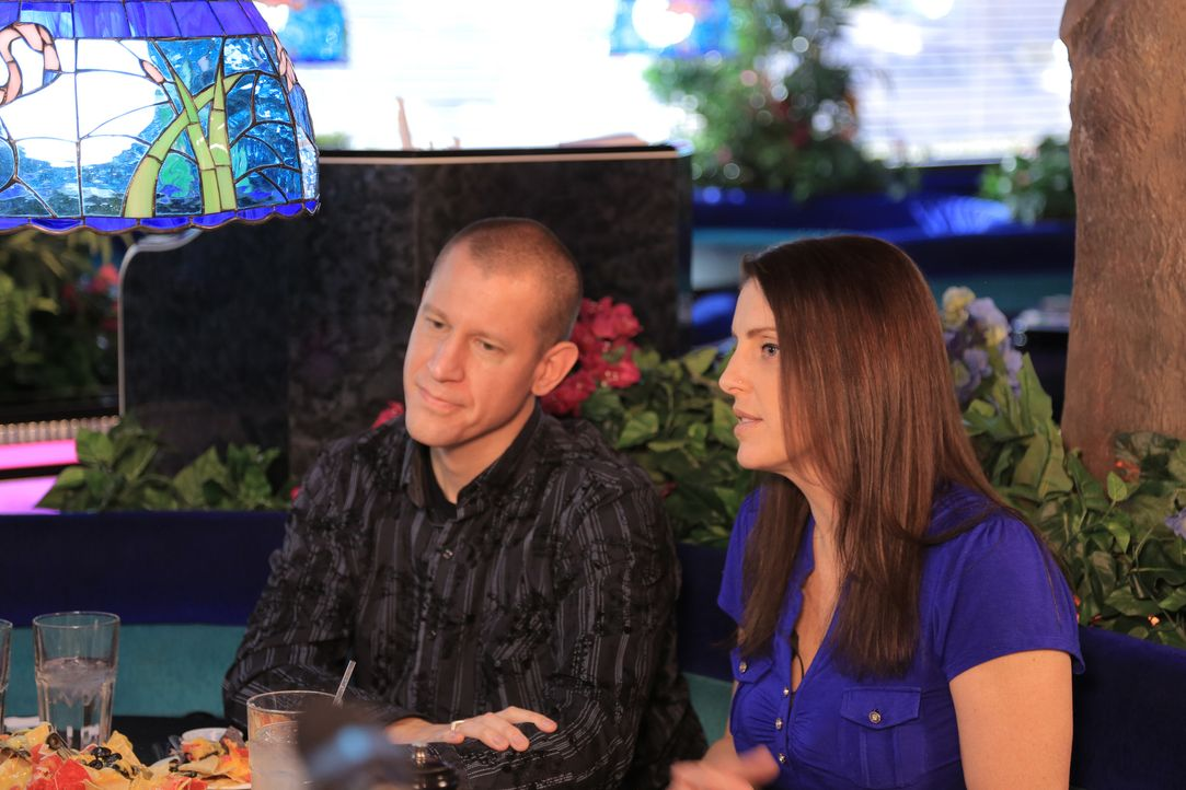 John (l.) ist von seinem Tattoo total begeistert, doch Kimberly (r.), deren Abbild er auf seinem Rücken trägt, ist kein Fan der Tätowierung. Lässt s... - Bildquelle: 2013 A+E Networks, LLC